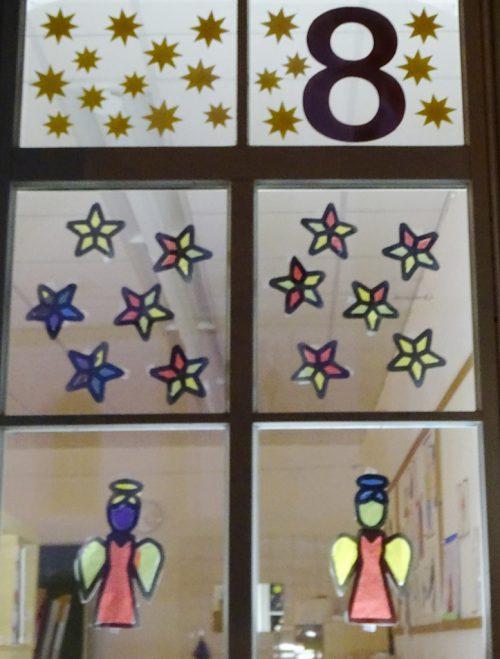 Die Kinder der VS Markt gestalten ihre Fenster als Adventkalender.tf
