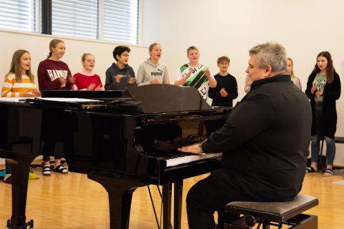 Die Kinder des Cantoccini-Schulchors der Musikmittelschule Lingenau harmonierten mit George Nussbaumer auf Anhieb hervorragend. Nicole Fink