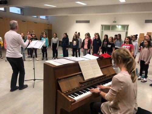 Die Klassenchöre der 2a und 3a der MS Institut St. Josef proben gemeinsam für den Auftritt bei der Ma-hilft-Gala am 1. Dezember im Feldkircher Montforthaus. VN/Schweigkofler