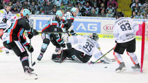 Die Linzer Dan DaSilva und Rick Schofield machen Druck auf die Dornbirner Juha Järvenpää und Antti Kauppila.EHC/Draxler