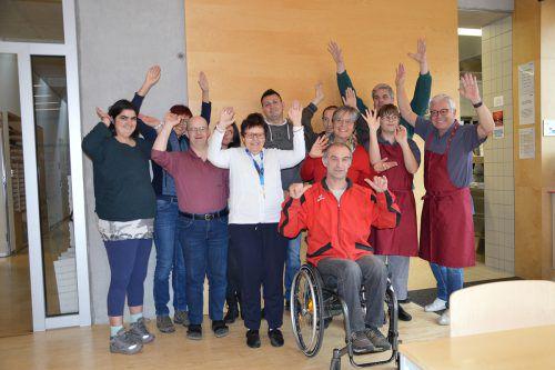 Die Mitarbeiter der Bank Austria genossen den Sozialtag in der Werkstätte Bludenz in vollen Zügen. Caritas