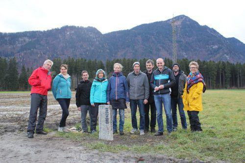 Die Mitglieder vom Verein Bodenfreiheit und von der Initiative Ludesch bei der Präsentation des neuen Modells. VN/JLO