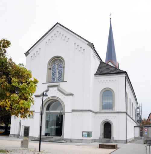 Die Pfarrkirche St. Sebastian Hard wurde umfassend saniert. Durchgerostete Rahmen der Buntglasfenster müssen erneuert werden. AJK