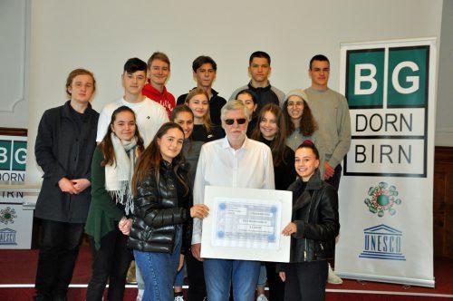 Die Schüler des BG Dornbirn mit dem Obmann des Blinden- und Sehbehindertenverbands Dieter Wolter.lcf