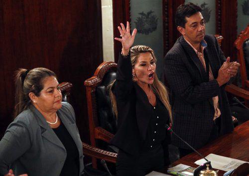 Die selbst ernannte Interimspräsidentin gilt als scharfe Kritikerin von Ex-Staatschef Morales. Sie muss nun eine Neuwahl organisieren. AP