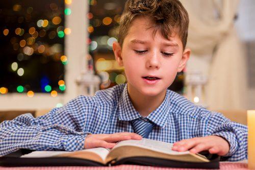Die stille Zeit vor Weihnachten bietet sich für eine Gedichtestunde an.Shutterstock