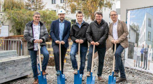 Die Verantwortlichen des Bauprojekts beim Spatenstich.Gemeinde