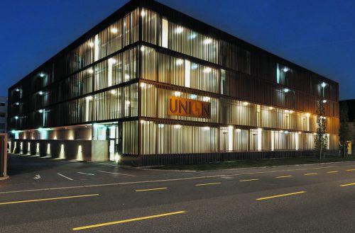 DIE ZWEI BAUKÖRPER des Projekte UNION in Lustenau beginnen ihrer zart perforierten äußeren Metallhülle wegen nächtens aus ihrem Inneren zu leuchten.