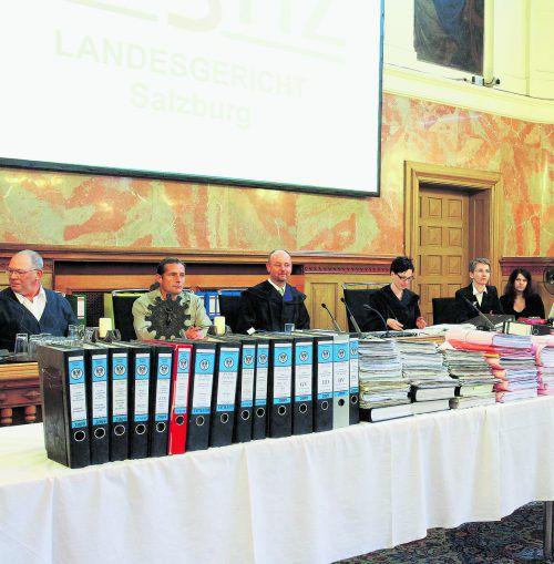 Diesen Aktenberg zu bewältigen gab es bei der Erstverhandlung des Testamentsprozesses 2012 in Salzburg. VN-Archiv