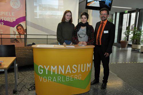 Direktor Reinhard Sepp mit Schülerinnen.