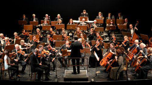 Dirigent Hansjörg Gruber hat mit dem gehobenen Laienorchester der Musikfreunde ein anspruchsvolles klassisches Sandwich-Programm einstudiert. VN/Lerch
