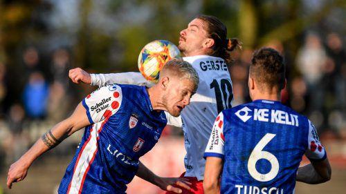 Dornbirns Mittelfeldmotor Franco Joppi (M.) stemmte sich voll gegen die Heimniederlage und brachte Schwung in das Spiel.gepa