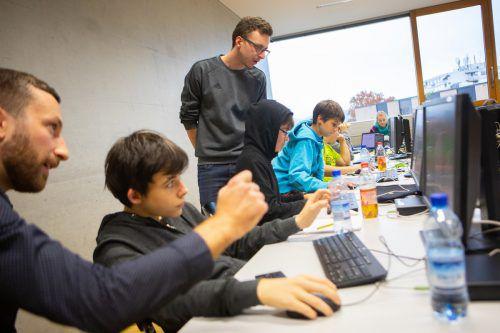 Dozent Daniel Rotter (l.) und Tutor Christoph Loacker stehen den Jugendlichen an den Freitagnachmittagen an der FH Vorarlberg beim Programmieren zur Seite. VN/hartinger