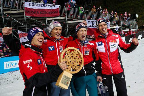 Durfte ganz oben auf dem Stockerl Platz nehmen: Das österreiche Team beim Teambewerb in Wisla mit Stefan Kraft, Daniel Huber, Jan Hörl und Philipp Aschenwald (v.l.n.r.).GEPA