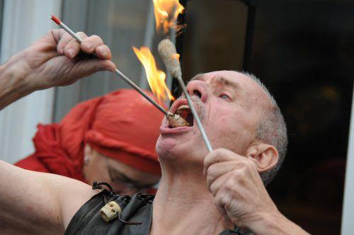 Egon Rusch aus Bregenz löschte in seinem Mund 71 brennende Fackeln in 30 Sekunden und 126 Fackeln in einer Minute. Markus Imhof