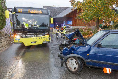 Ein leicht verletzter Lenker und viel Blechschaden waren die Folgen der Kollision in Göfis. Der Unfallverursacher war alkoholisiert. hofmeister