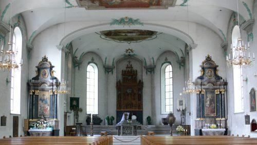 Einladend ist der helle Innenraum der Hallenkirche aus der beginnenden Rokokozeit.