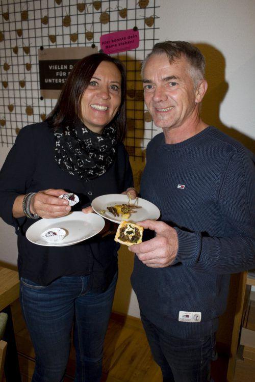 Elisabeth und Eugen Lins kosteten Grillen-Brownies und Mehlwurm-Pilz.