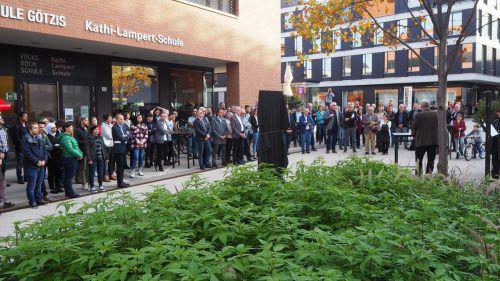 Enthüllung der Gedenktafel vor der Götzner Kathi-Lampert-Schule. egle