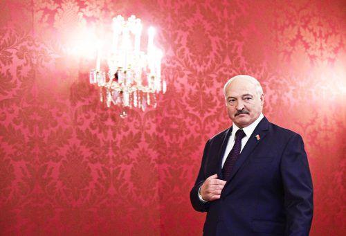 Er klebe nicht am Sessel, sagte Lukaschenko, der so lange an der Macht ist wie niemand sonst in Europa. Die Entscheidung liege bei den Wählern. APA
