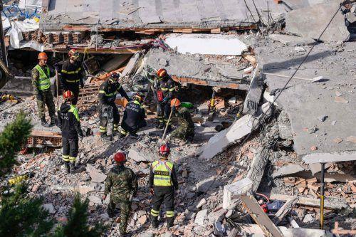 Es werden noch immer Opfer unter den Trümmern vermutet, die Rettungskräfte arbeiten auf Hochtouren. AFP