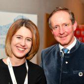 <p>EU-Abgeordnete Claudia Gamon (Neos) mit Hotelier und Hausherr Florian Werner.</p>