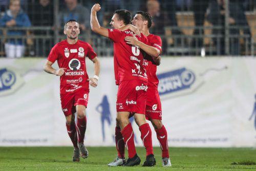 Ezgon Shabani und Christoph Domig feiern mit dem Goldtorschützen Lukas Fridrikas den 1:0-Auswärtssieg bei den Young Violets Austria Wien.Gepa