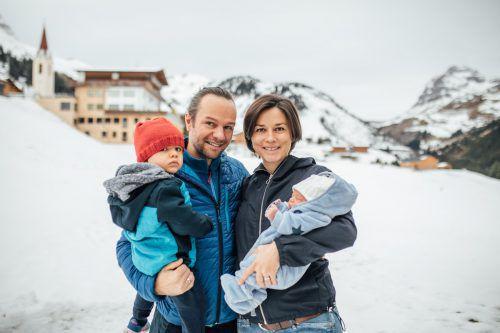 Familie Fritz aus Warth ist seit knapp zwei Wochen zu viert. Sohn Lio kam am 13. November auf der Fahrt ins Spital zur Welt. VN/Sams