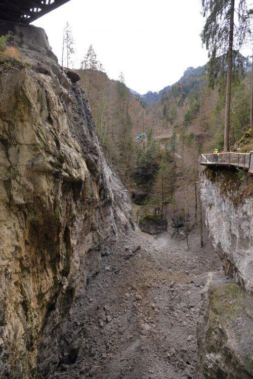 Felsformation unterhalb der Rappenlochbrücke vor und nach der Sprengung. STD