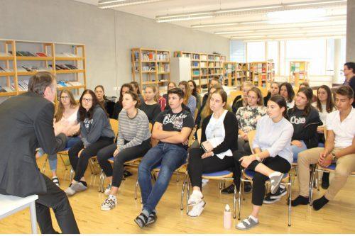 """Dir. Hammerer rät Schülerinnen und Schülern der vierten HLT-Klasse, den """"Schritt zu einem Praktikum im Ausland zu wagen"""". STRAUSS"""