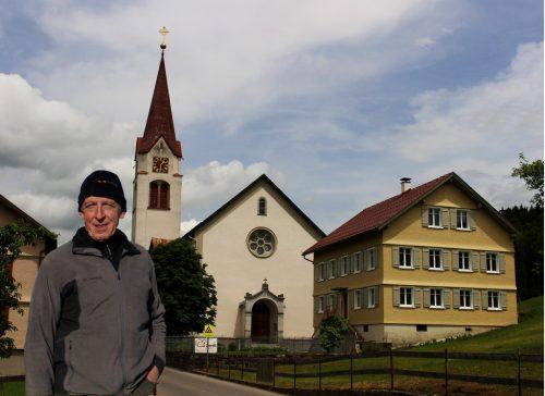 Wie neu – das Pfarrhaus ist wichtiger Teil des Dorfzentrums. Engelbert Violand koordinierte bei der Generalsanierung die Eigenleistungen. STRAUSS