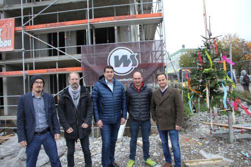 Firstfeier am Margarethendamm: David Wuggenig (i+R Wohnbau), Architekt Stephan Michel, Bürgermeister Harald Köhlmeier, Josef Jenny (Wohnbauselbsthilfe) und Gerhard Vonbank (Rhomberg Bau). Rhomberg Bau