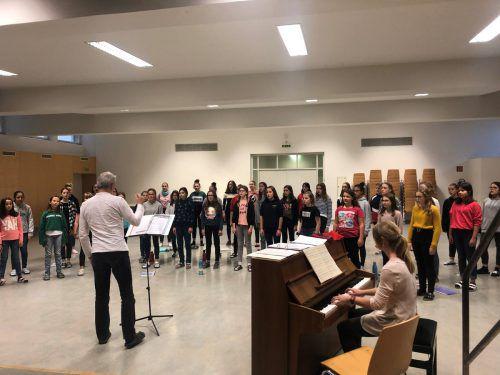 Fleißig proben die Kinder in Lingenau und in Feldkirch für ihren Auftritt am Sonntag im Feldkircher Montforthaus. VN/Schweigkofler