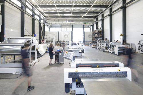 Das Unternehmen ist auf die Herstellung von Abcoil-Anlagen spezialisiert. Sie dienen zur Abwicklung von auf Coils (Spulen) aufgerolltem Blech. Forstner
