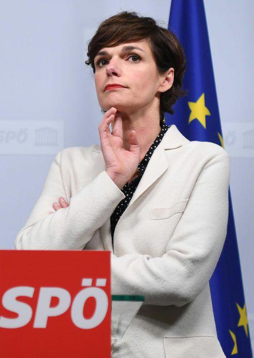 Für Pamela Rendi-Wagner dürfte es immer enger werden. Noch aber stellen sich die meisten Genossen hinter sie. Kritik kommt vor allem aus Niederösterreich. APA