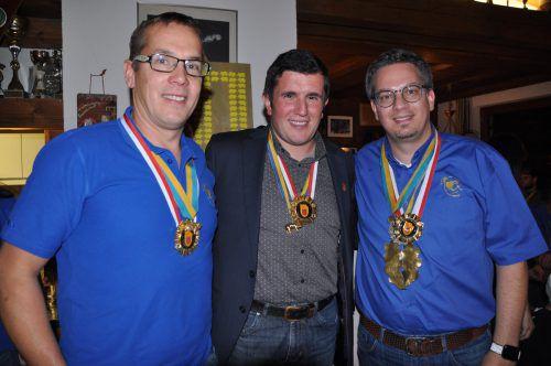 Funkenmeister Thomas Capelli (l.) und Zunftmeister Michael Neyer erhielten vom Präsident des Vorarlberger Landesverbandes, Michel Stocklasa, den goldenen Ehrenorden. CM