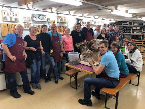 Gemeinsam bauen die Rankweiler Krippenfreunde 100 Krippen für die Ausstellung vom 6. bis 8. Dezember. VN/MOI