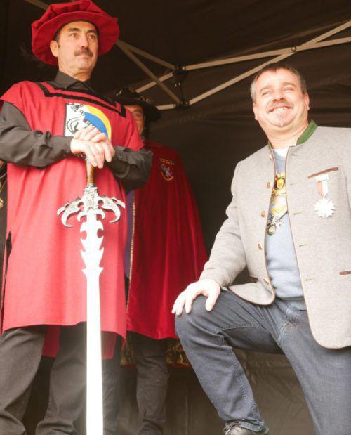 Gerhard I. wird auf dem Schlossplatz zum Ritter geschlagen. Stadt