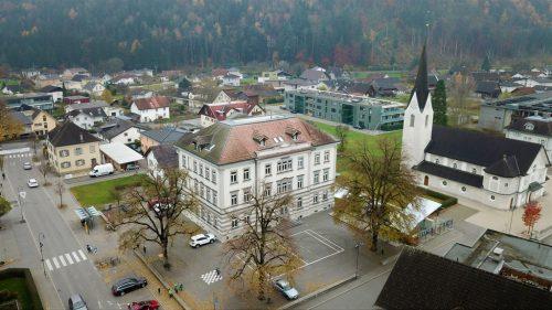 Gisingen ist der einzige Stadtteil mit zwei Volksschulen. Beide – die VS Sebastianplatz (l.) und die VS Oberau (r.) – stehen seit diesem Schuljahr unter neuer Leitung.Emir T. Uysal