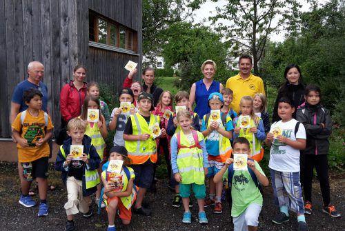 Hans Fetz und seine Mitstreiter geben ihr Wissen gerne weiter, hier beim Besuch einer Kindergruppe im Lehrbienenstand.