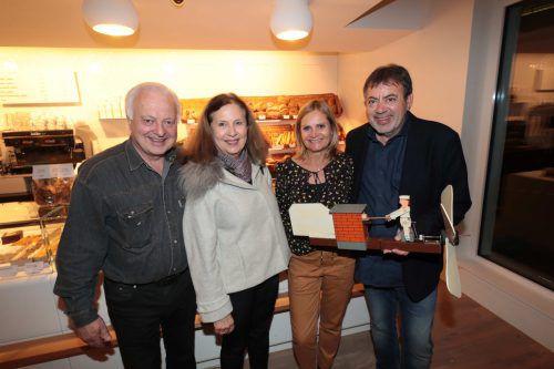 Hausherr Manfred Rützler mit Rosi, Monika und Egon Haag luden zur feierlichen Eröffnung ins Wallenmahd. ame