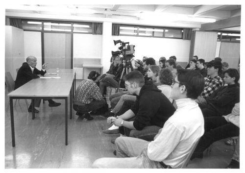 Hermann Langbein im Gespräch mit einer Schulklasse 1992 in Feldkirch.nikolaus walter/JMH