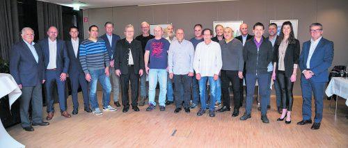 Herr Hilti und die Geschäftsführer Alexander Stroppa und Reinhard Moser gratulieren den 14 Jubilaren.foto: Hilti & Jehle