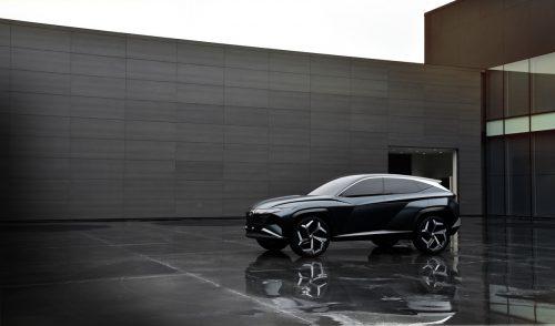 Hyundai gewährt einen Blick in die Zukunft des Tucson. Mit der Studie Vision T zeigen die Koreaner, wie die für 2020 erwartete neue Generation des Kompakt-SUV aussehen könnte. Auffälligstes Merkmal sind die direkt in den Kühlergrill übergehenden Scheinwerfer: Im ausgeschalteten Zustand sind sie kaum als Leuchten zu identifizieren und geben sich erst bei Aktivierung zu erkennen.