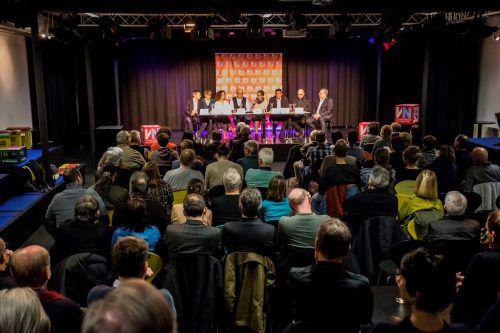 Im vollbesetzten Kammgarn kamen vor der Volksabstimmung am Sonntag noch einmal alle Parteien zu Wort. VN/Paulitsch