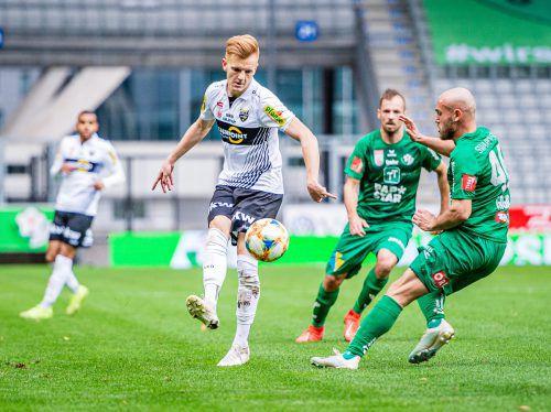 In Wattens hatte seine Fußballkarriere einst begonnen, nun war Christian Gebauer (links gegen Lukas Grgic) Altachs Wegbereiter zum wichtigen Auswärtssieg.gepa