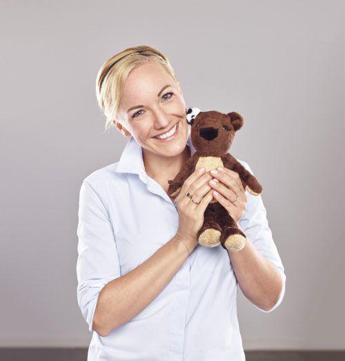 Ingrid Hofer erzählt Geschichten von Teddy Eddy in Bregenz.