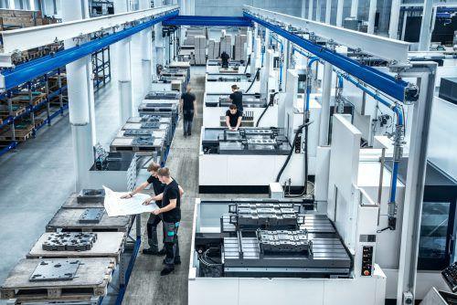 Der Wandel in der Arbeitswelt betrifft alle Branchen und Arbeitssituationen – vom Büro bis in die Produktion.  Foto: Meusburger
