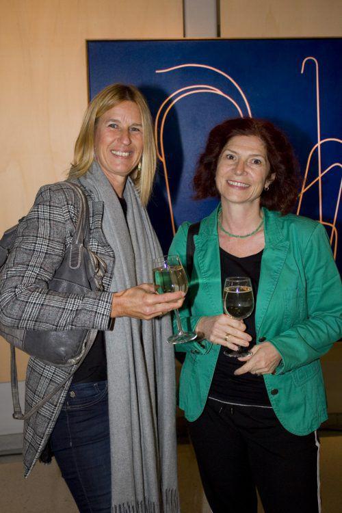 Josefine Fogarasi (li.) und Sibylle Giesinger bewunderten die Werke.