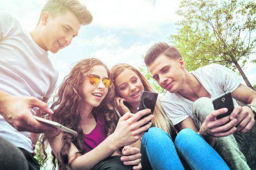 Jugendliche nutzen ihr Smartphone mehrmals täglich.